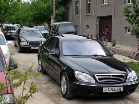 Die schwarzen Limousinen, eigens angemietet, verschlingen einen beträchtlichen Teil des Hochzeitsbudgets.