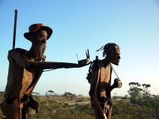 Edward John Eyre und seine Führer waren damals noch zu Fuß unterwegs. Heutzutage zollen ihnen zwei Skulturen von Roland Weight und Marcus Possingham Tribut