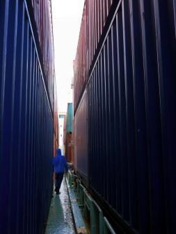 Nur nicht die Balance verlieren: Spaziergang zwischen Containertürmen