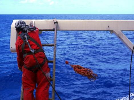 Frische Schmiere für schnellen Einsatz: Jay am Kran vom Rettungsboot