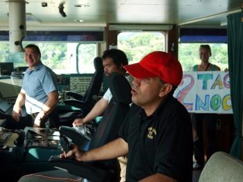 Mal was los: Alexej, Babaisol, der Panama-Lotse und Clara auf der Brücke
